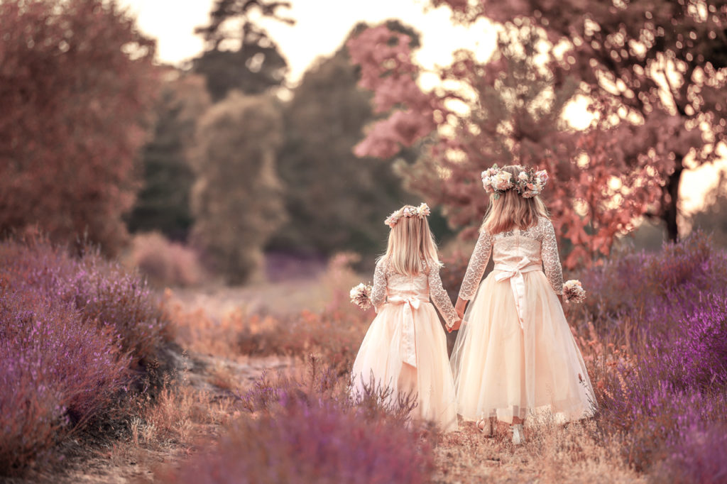 Heidefotoshooting zwei Mädels in hübschen Kleidern